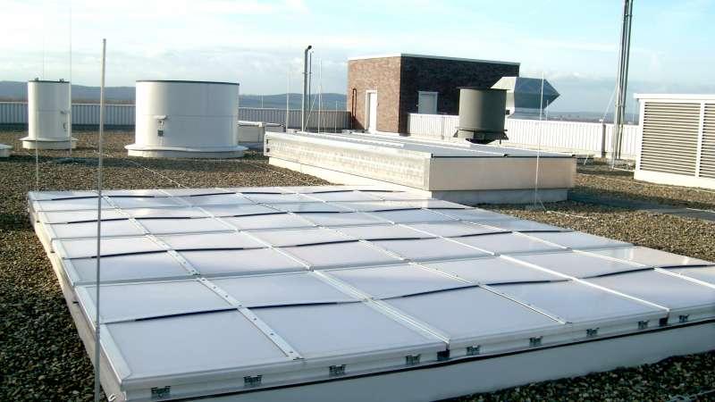 Kraftwerk   Salzgitter •  Gereihte Druckentlastungsklappen auf dem Kesselhausdach