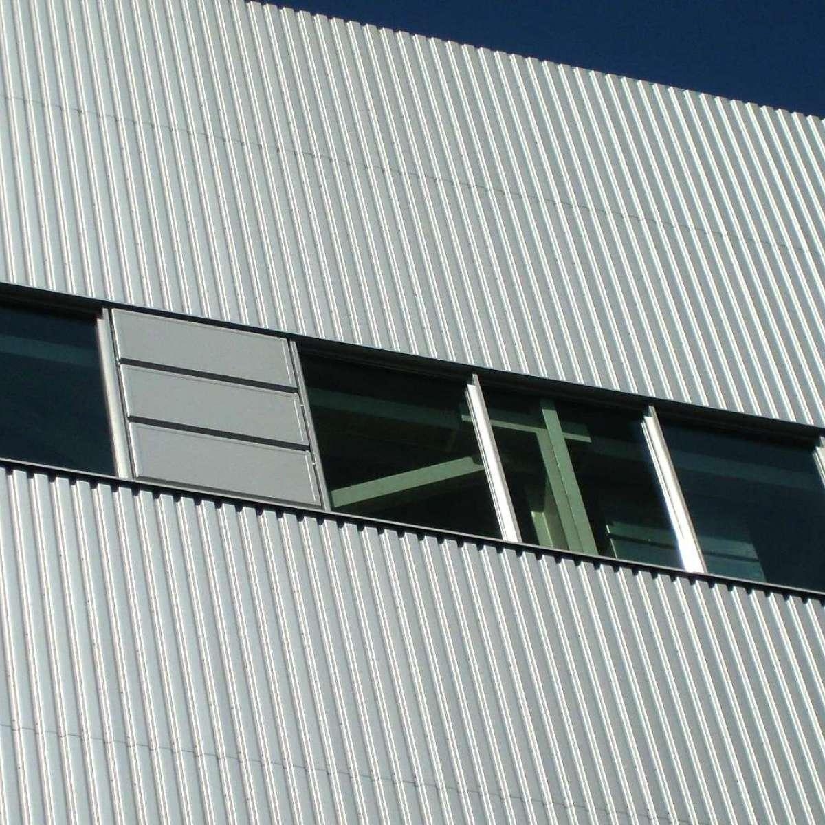 Kraftwerk | Salzgitter •  Gereihte Druckentlastungsklappen auf dem Kesselhausdach