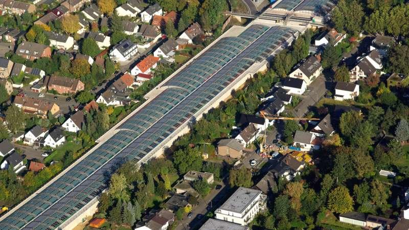 Lärmschutzeinhausung A1   Köln Lövenich  •  Luftaufnahme des überbauten Autobahnabschnittes