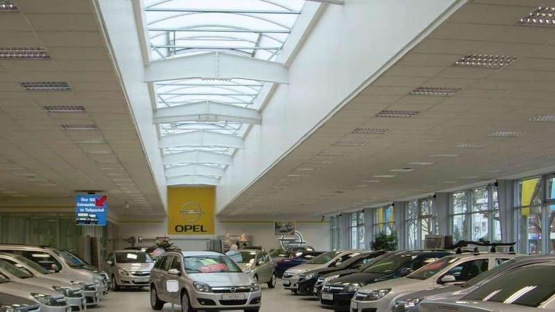 Autohaus Schmidt + Koch AG   Bremen • Sanierung eines Drahtglassatteldachlichtbandes. Das zentrale Oberlicht ermöglicht den Tageslichteinfall und rückt so die ausgestellten Fahrzeuge ins richtige Licht.