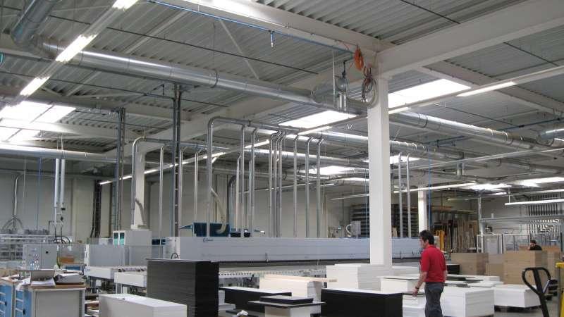 Dobergo Büromöbelfabrik GmbH & Co. KG   Betzweiler • Das Dachoberlicht sorgt für die gesetzlich geforderte Beleuchtung des Arbeitsplatzes mit Tageslicht.