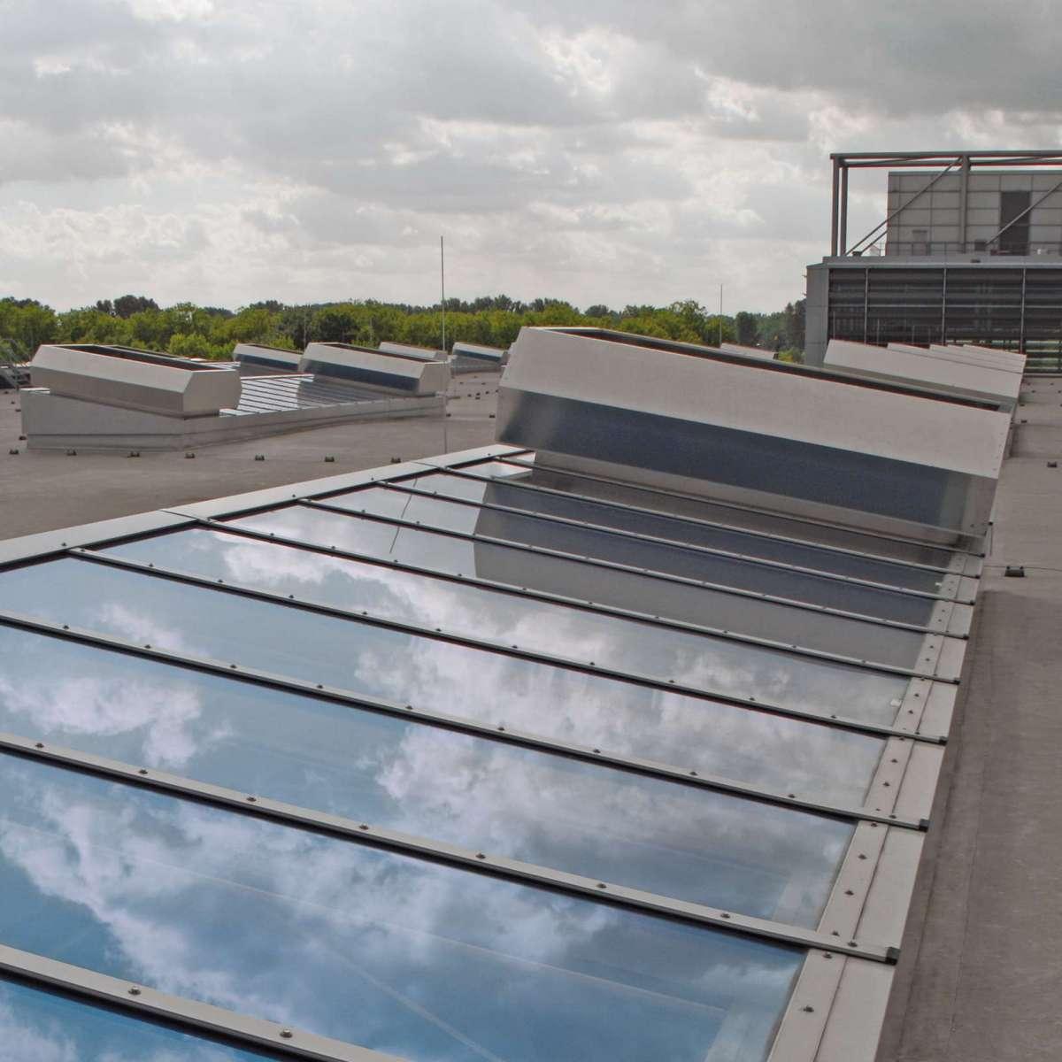 Messe Düsseldorf GmbH, Messehalle 5 | Düsseldorf • Jedes Lichtband ist raumseitig mit einer vollständigen Verdunkelungsanlage versehen.