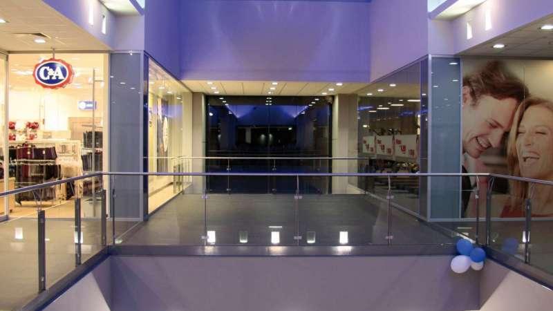 Rothmühl-Passagen   Roth • Verglast mit einer klar transparenten Kunststoffmehrstegplatte sorgt die Dachverglasung bei Tag für Tageslichteinfall und interessante Lichtreflexionen bei Dunkelheit.
