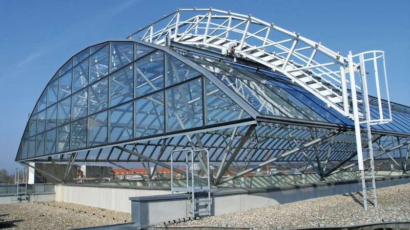 Bio-Zentrum Halle der Martin-Luther-Universität Halle-Wittenberg    Halle (Saale) • Die Verglasungskonstruktion überspannt den offenen Innenhof des viergeschossigen Forschungsbaus.
