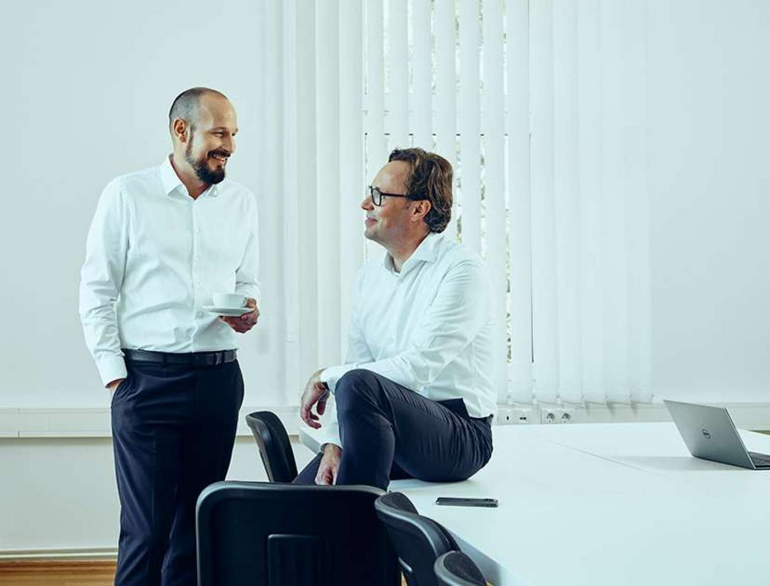 Zwei Mitarbeiter unterhalten sich im Büro