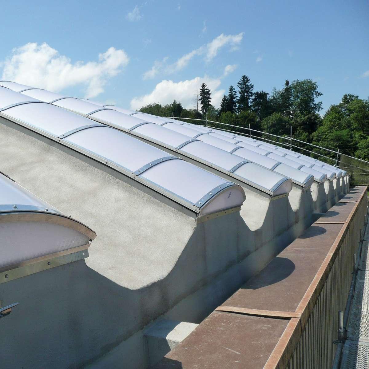 Steeltec AG   Emmenbrücke, Schweiz • Lichtbänder montiert auf gebogenen Betonfertigteilen.