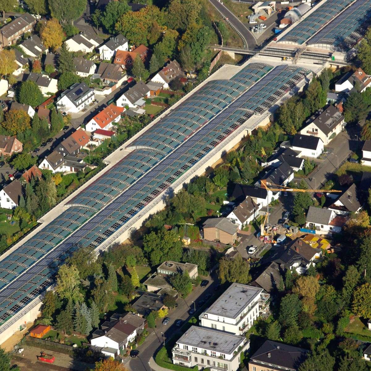 Lärmschutzeinhausung A1 | Köln Lövenich  •  Luftaufnahme des überbauten Autobahnabschnittes