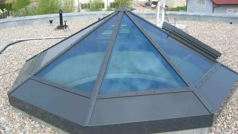 Verwaltungs- und Werkstattgebäude, Jutta Bösch    Umkirch, Gottenheim • Glaspyramide - aufgelegt auf einen runden Betonsockel mit Durchmesser 3,00m - stellt eine Leichtigkeit der Konstruktion dar. Die Beschichtung in anthrazitgrau unterstreicht die elegante Konstruktion.