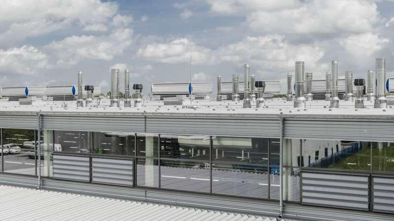 Bäckerei Moss   Aachen • Flachdachausführung nach geltender Industriebaurichtlinie, entrauchung in Anlehung an die DIN 18232-2. Die Vielzahl der Dachaufbauten ist der produktionstechnischen Ausstattung geschuldet.