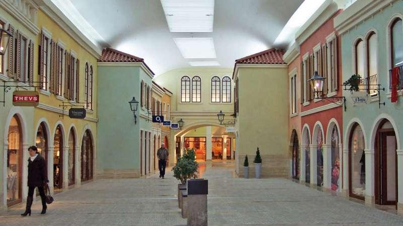 Mediterraneo   Bremerhaven • Die Einkaufsstraße wird in einem Oval durch das Gebäude geführt - die Lichtbänder passen sich diesem Verlauf perfekt an durch eine sehr kleine polygonale Teilung der Lichtbandtragkonstruktion.