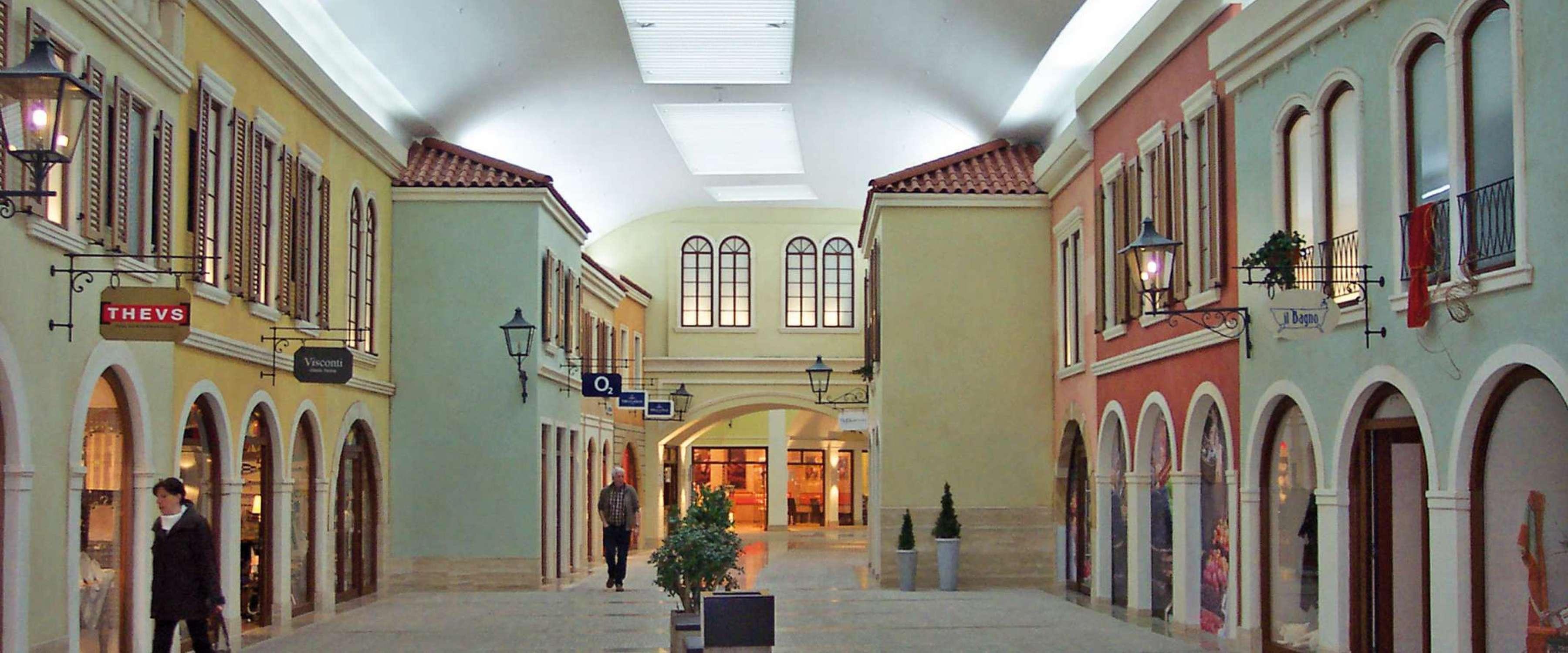 Mediterraneo | Bremerhaven • Die Einkaufsstraße wird in einem Oval durch das Gebäude geführt - die Lichtbänder passen sich diesem Verlauf perfekt an durch eine sehr kleine polygonale Teilung der Lichtbandtragkonstruktion.